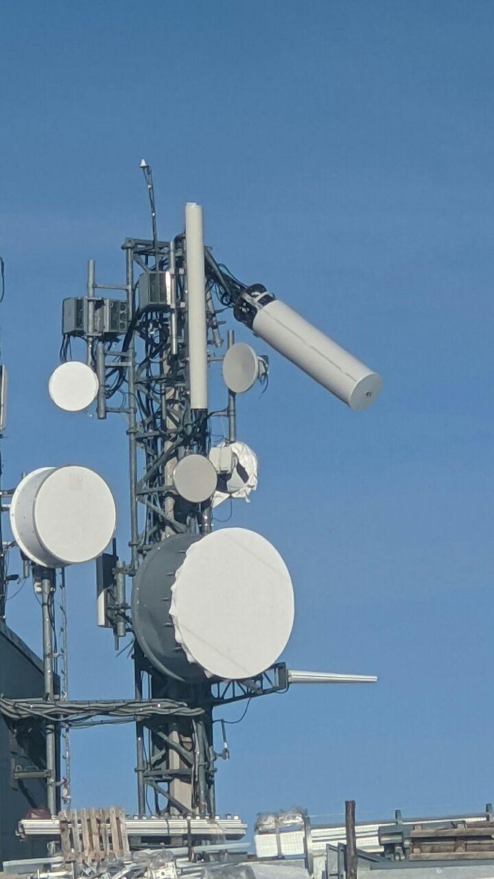 sur les pylones des antennes